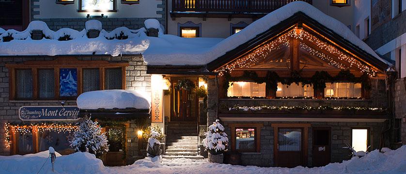 Italy_Cervinia_Hotel_juneaux_entrance.jpg